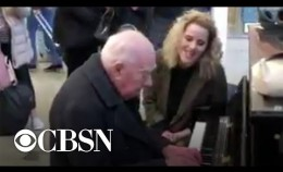 Singer spontaneously stops to perform with 91-year-old piano player in train station